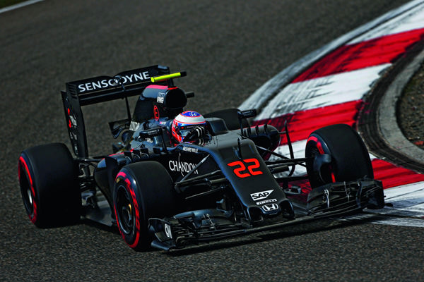 Jenson Button,驾驶McLaren MP4-31摄于上海赛道 (Photo Credit: Andy Hone/McLaren)
